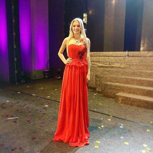 Veronica fasciata da uno splendido abito lungo rosso