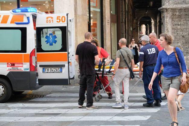 Sul posto 118 e vigili del fuoco: la donna è stata trasportata in barella fino al livello stradale (Foto Schicchi)
