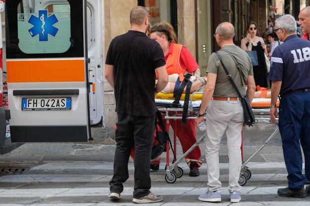 Turista si sente male sull'Asinelli. Chiuse le Due Torri (Foto Schicchi)