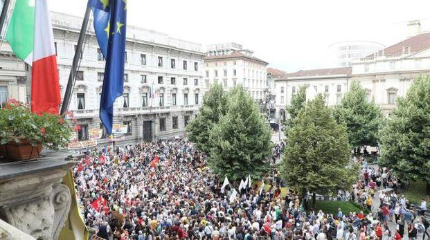 I manifestanti in piazza della Scala (LaPresse)