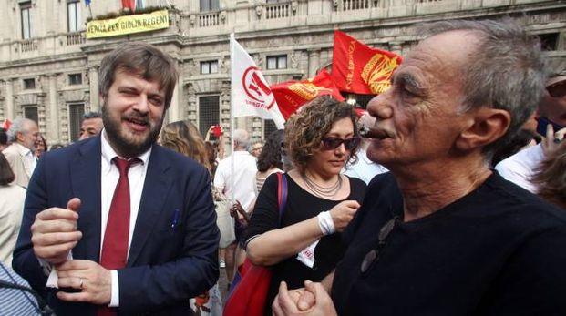 L'assessore Majorino in piazza Scala con Roberto Vecchioni