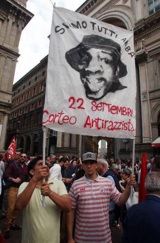 """Il presidio """"Apriamo i porti"""" in piazza della Scala (Lapresse)"""