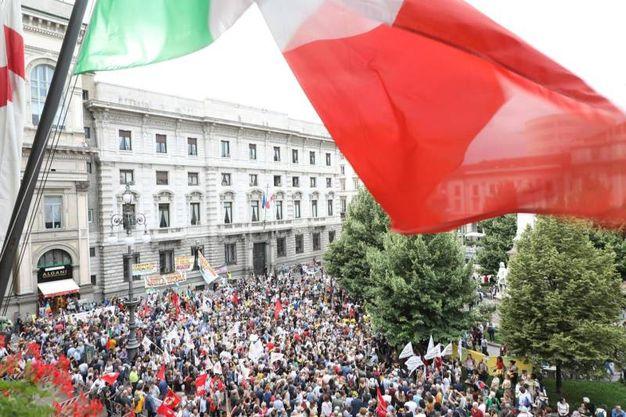 """Il presidio """"Apriamo i porti"""" in piazza della Scala (Ansa)"""