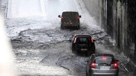 Strade come torrenti, automobilisti intrappolati nei sottopassi
