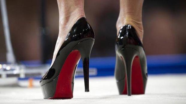 Le scarpe Loubutin con l'inconfondibile suola rossa (Ansa)