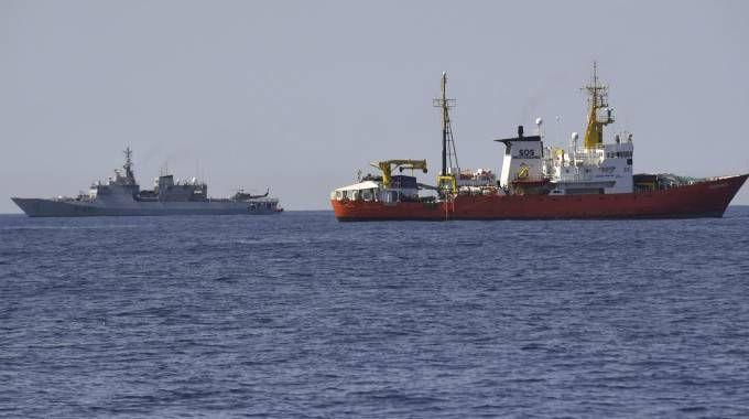 """La nave Aquarius della Ong """"Sos Mediterranee"""" scortata dalla nave Orione (Ansa)"""