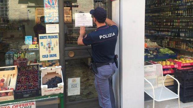 La polizia chiude un minimarket (foto repertorio)