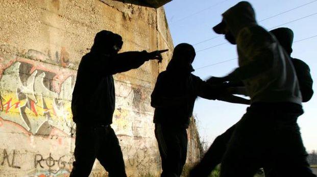 La banda di bulli terrorizzava i giovani, rapinandoli anche utilizzando la violena (Foto d'archivio Newpress)