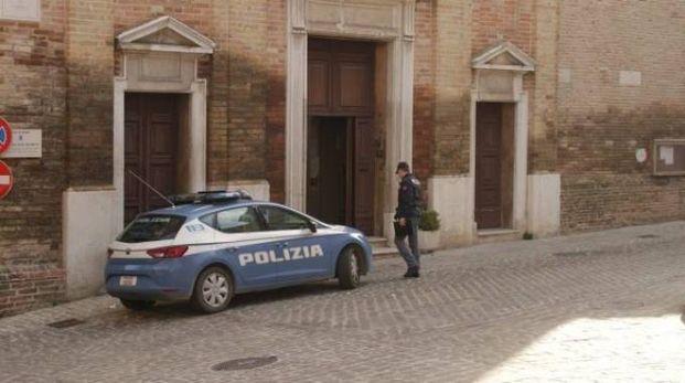 La polizia in pieno centro a Osimo