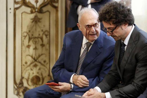 Paolo Savona, ministro per gli Affari Europei, con Danilo Toninelli, ministro per le Infrastrutture e i Trasporti (Ansa)