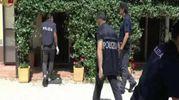 La polizia alla perquisizione in casa (foto Ansa)