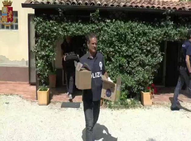 Il sequestro di materiali e documenti (foto Ansa)