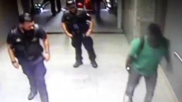 L'intervento della polizia in un frame della videosorveglianza
