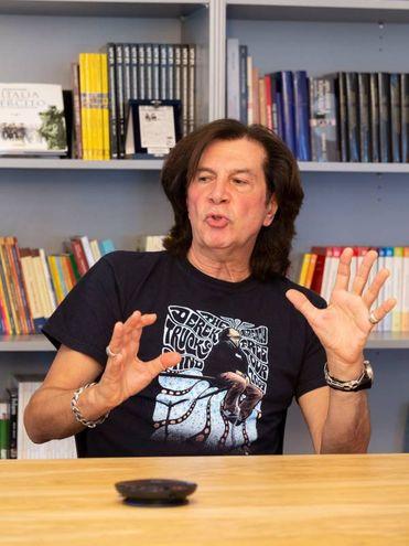 Maurizio Solieri nella redazione de Il Giorno (Newpress)