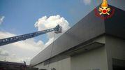 Vigili del fuoco in azione sul tetto del centro commerciale