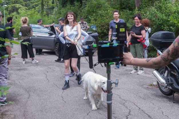 Anche una comparsa a quattro zampe sul luogo delle riprese (FotoSchicchi)