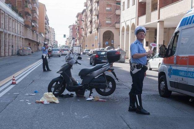 Insieme alla polizia municipale, sul posto anche l'ambulanza (FotoSchicchi)