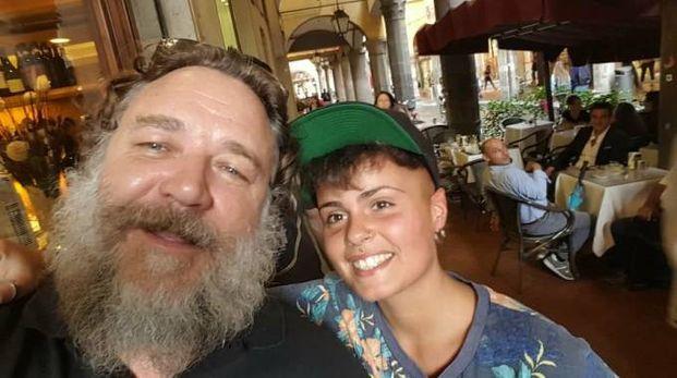 Russell Crowe con la fan Luciana
