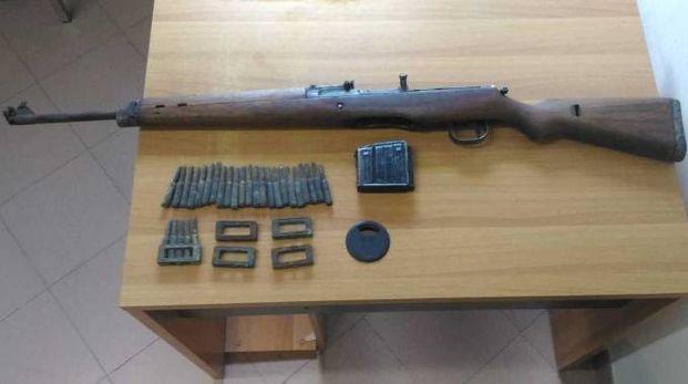Uno dei fucili tedeschi risalenti alla Seconda Guerra Mondiale trovati nella scuola