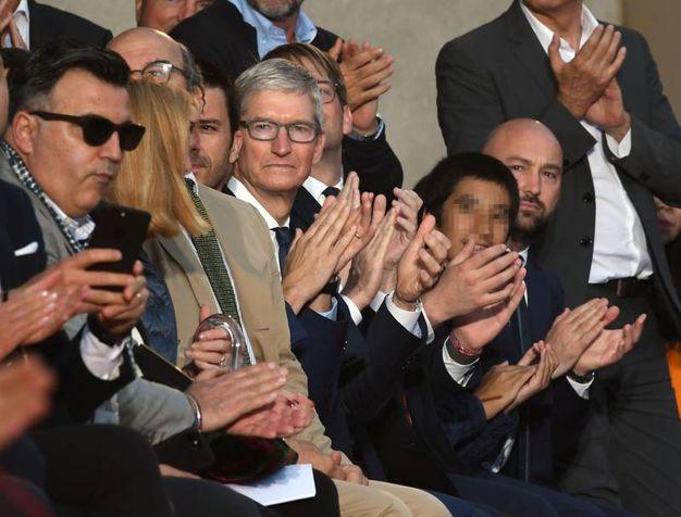 Tim Cook, ad di Apple, alla sfilata di Roberto Cavalli (foto Ansa)