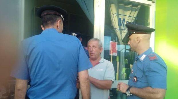 Il titolare del distributore parla con i carabinieri