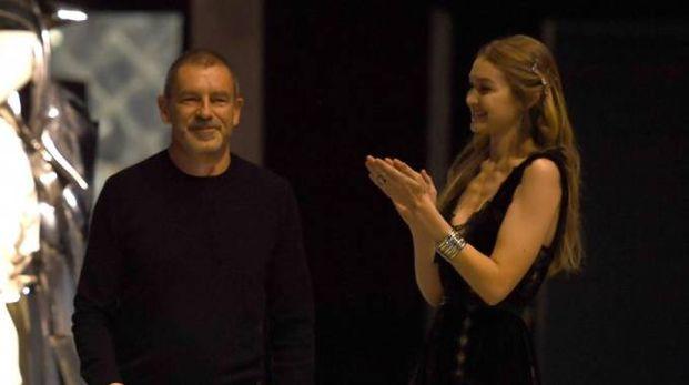 Tomas Maier insieme alla modella Gigi Hadid