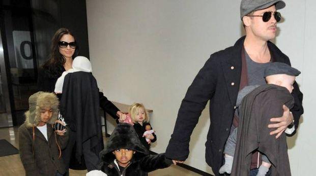 Angelina Jolie e Brad Pitt con i figli in una foto del 2009 (Ansa)