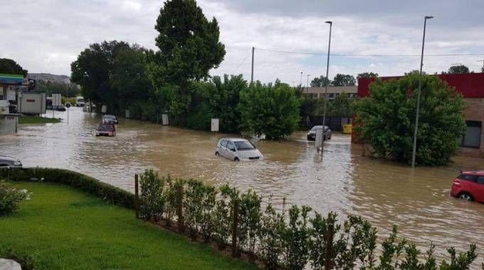 Maltempo ad Ancona: auto sommerse dall'acqua (Foto Ansa)