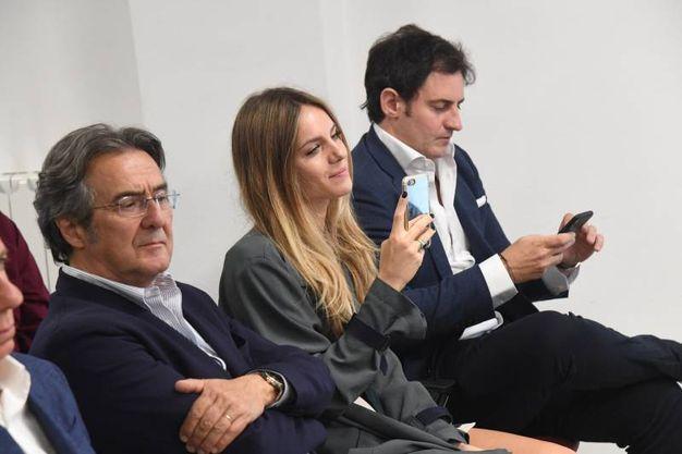 Angela scatta una foto ricordo della giornata con il suo smartphone (FotoSchicchi)