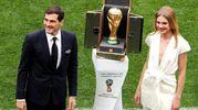 Il portiere spagnolo Iker Casillas e la modella Natalia Vodianova con la Coppa del mondo (Ansa)