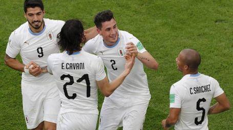 Gimenez festeggiato dai compagni dopo il gol (Ansa)