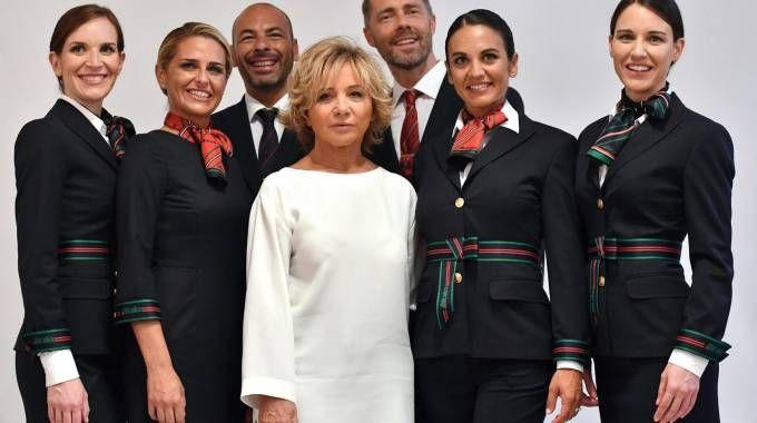 Alberta  Ferretti, al centro, presenta le nuove divise Alitalia (Ansa)