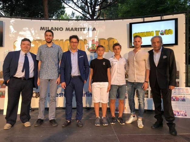 I vincitori assoluti del Carlino d'Oro 2018 sul palco per la premiazione fra Doriano Rabotti e Mario Baldassari (foto Corelli)