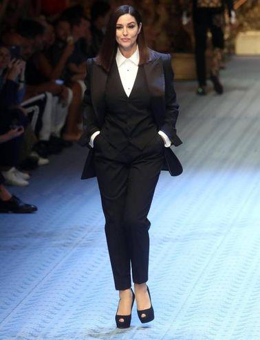 Monica Bellucci sfila per Dolce e Gabbana (Ansa)