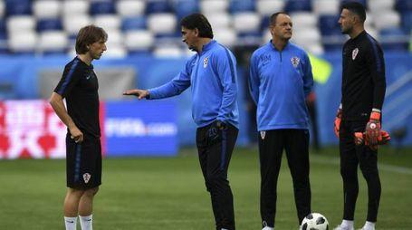 L'allenamento della Croazia, Modric parla con il tecnico Dalic (Afp)