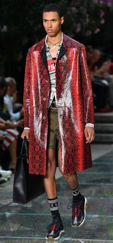 La sfilata di Versace con le proposte per la primavera-estate 2019 (Ansa)