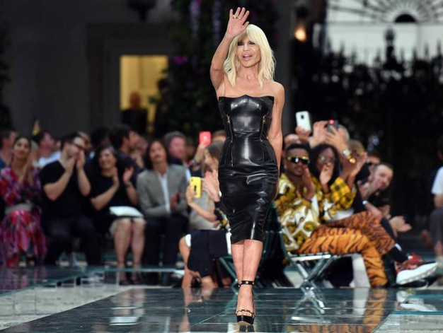 Donatella Versace in passerella (Ansa)