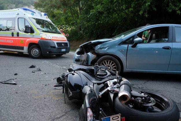 Scontro fra un'auto e una moto (foto Frasca)