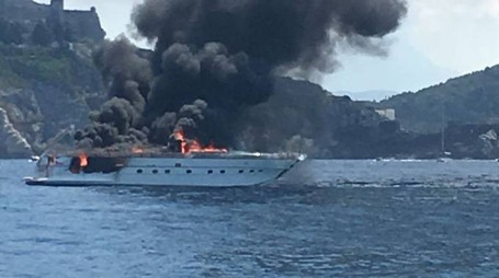 Lo yacht a fuoco a Le Rosse
