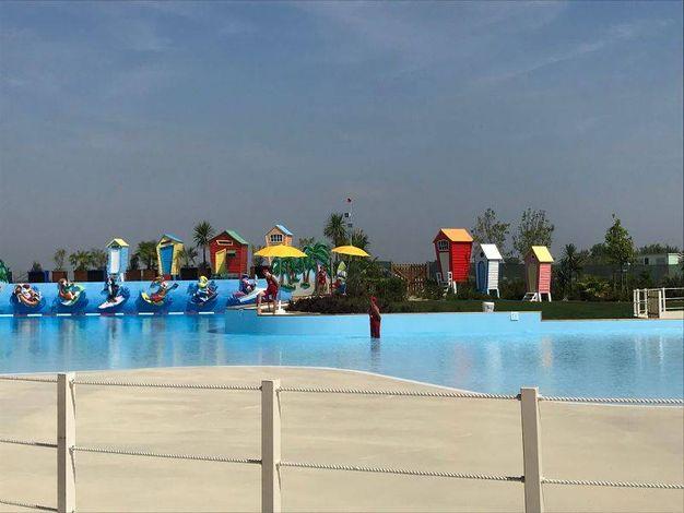 Mirabilandia il parco acquatico piscina con onde area - Piscina al coperto con scivoli ...