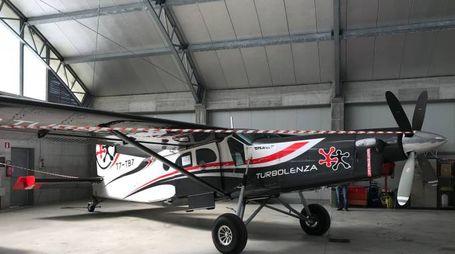 Il bimotore Pilatus Pc6 s/n 969 sequestrato dalla Finanza per evasione di Iva. Era usato da associazione di paracadutismo
