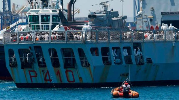 La nave Orione con a bordo i migranti arriva al porto di Valencia (Afp)