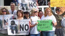 Alcuni genitori dei piccoli dell'«Albero Azzurro» durante la protesta inscenata prima della sentenza