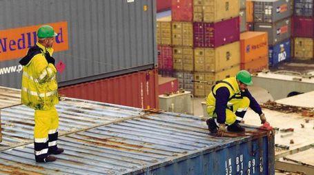 Migliaia di container vengono movimentati ogni giorno nell'area retroportuale (foto d'archivio)