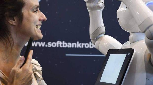 PROVE DI FUTURO Una donna interagisce con un robot un'intelligenza artificiale in grado di svolgere alcune funzioni umane