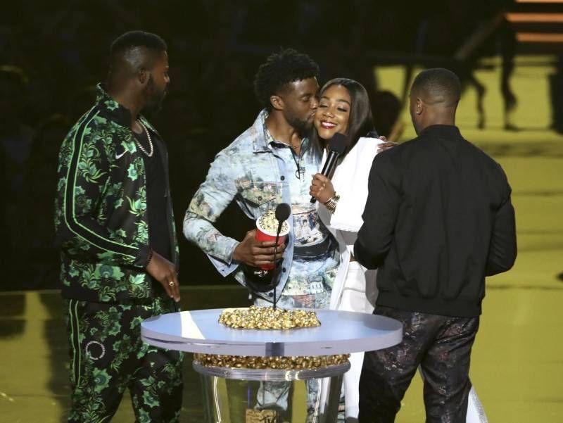 Mtv Awards 2018, la consegna del premio all'attore Chadwick Boseman per Black Panther (Ansa)