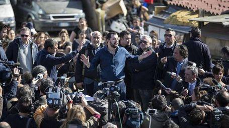 Matteo Salvini in visita in un campo nomadi a Roma (Ansa)