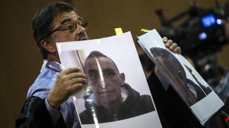 L'avvocato della famiglia Cucchi mostra delle foto nel dibattimento dell'Appello (Ansa)