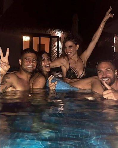 Lorenzo Insigne (Napoli) con la moglie Jenny Darone e amici alle Maldive (Instagram)