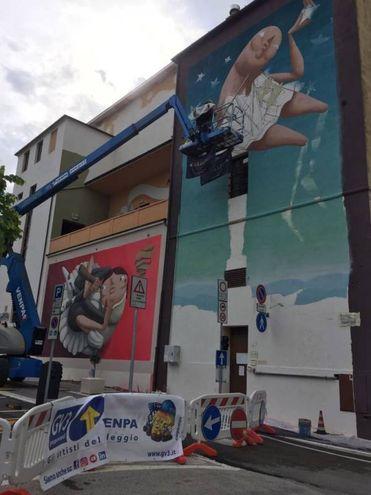 Il murales disegnato dall'artista Zed 1 sulla facciata del teatro La Perla